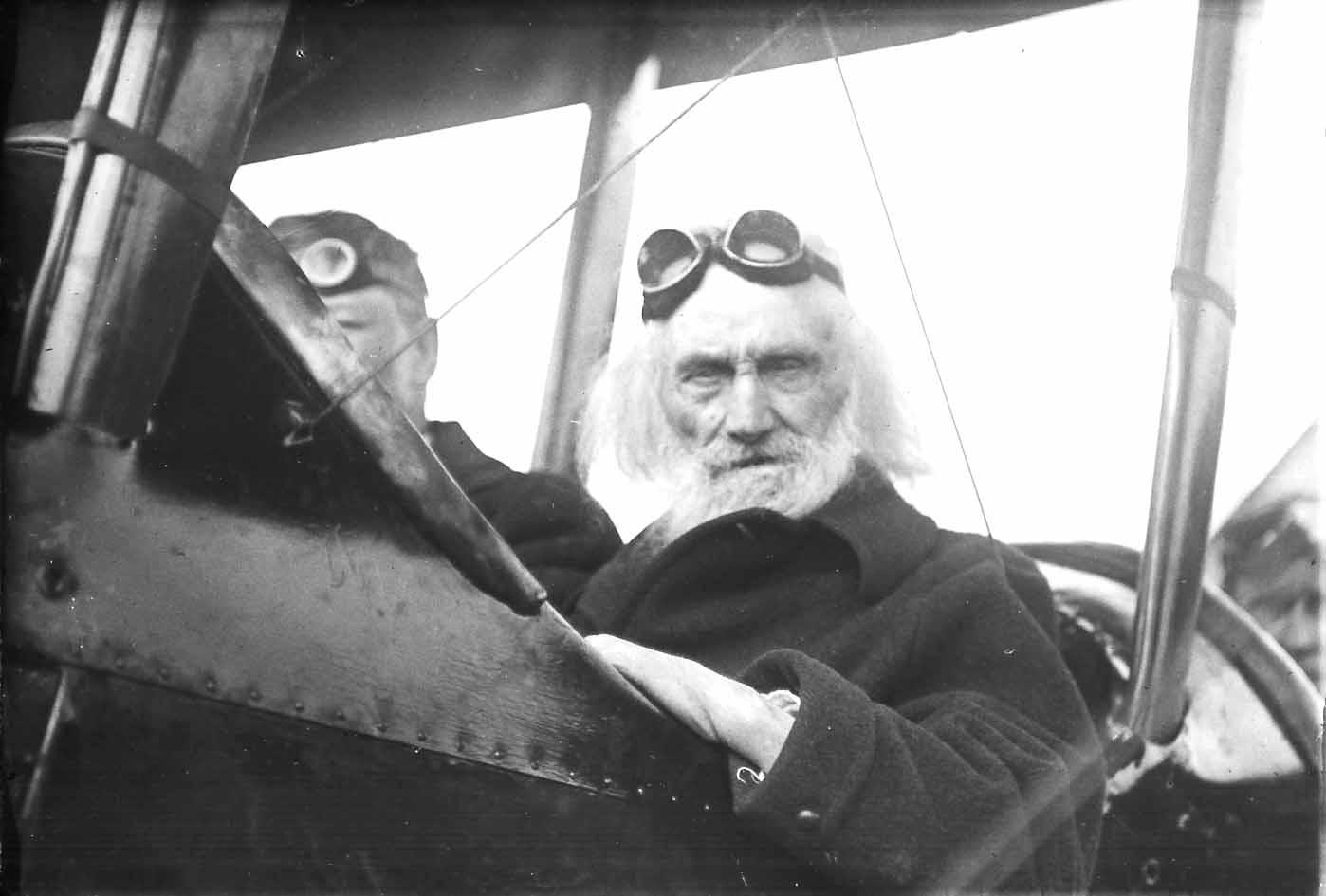 [Ezra Meeker with Pilot Oakley G. Kelley]
